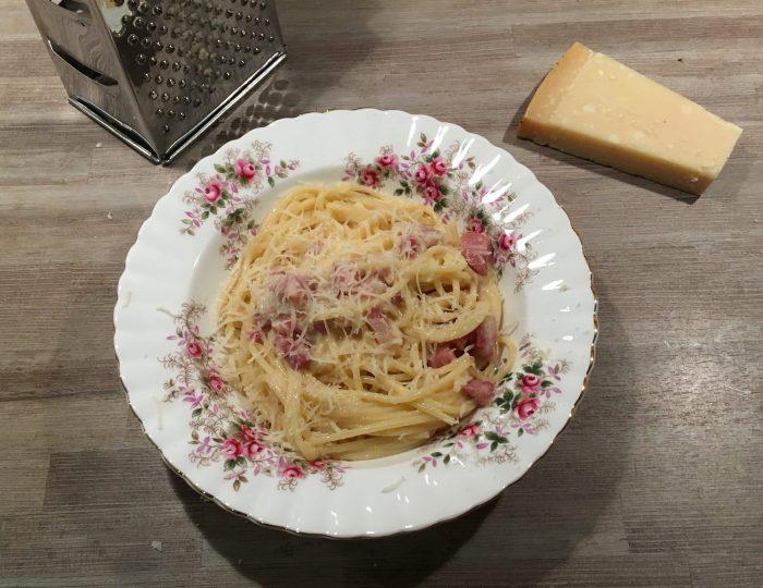 Pasta carbonara op bord